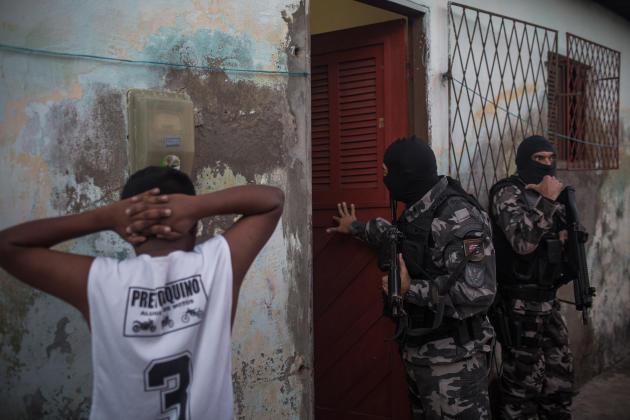 Les hommes du bataillon des opérations spéciales recherchent des criminels dans le quartier de Passo da Patria, à Natal, le 13 septembre.