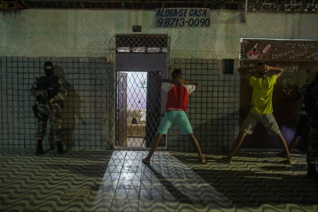 Arrestation d'habitants du quartier de Passo da Pátria après le meurtre d'un trafiquant de drogue local au cours d'une opération.