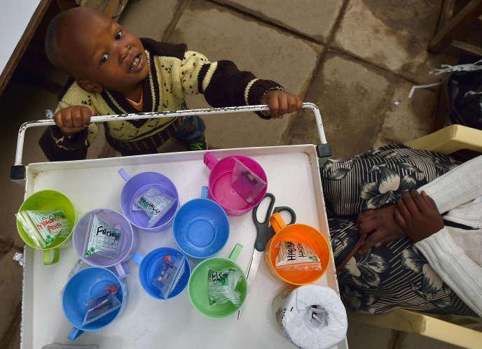 John, 3 ans, souffrant de tuberculose, dans une clinique de Médecins sans frontières (MSF) à Nairobi, en mars 2015.