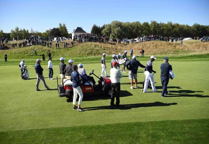 L'équipe des Etats-Unis engagée dans la Ryder Cup, au Golf national de Saint-Quentin-en-Yvelines, près de Paris, le 26 septembre.