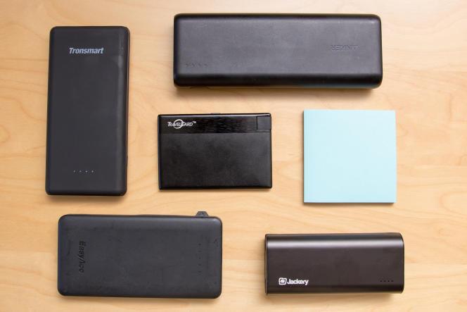 Nos cinq batteries préférées, disposées à côté d'un bloc de mémos de 7,6 cm de côté en guise d'échelle.