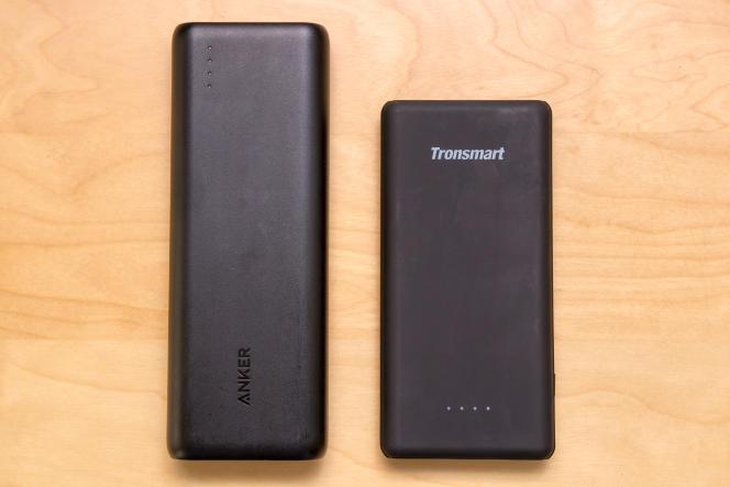 Comparé à notre précédente recommandation Anker en matière de compatibilité Quick Charge (à gauche), la Tronsmart Presto 10000 PBT10 (à droite) est plus fine et moins longue. Elle s'aligne bien mieux avec un smartphone.
