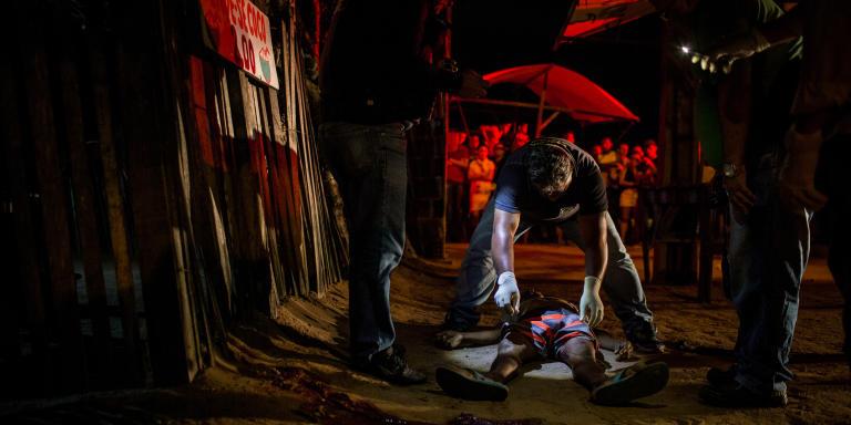NATAL, RIO GRANDE DO NORTE, BRESIL: SEPTEMBRE 2018: Des policiers analysent le lieu du crime du père Heleno Fernandes do Nascimento, 47 ans, et de son fils Jailson Fernandes, 19 ans, dans le quartier Nossa Senhora da Apresentação, le plus violent de la ville. La ville de Natal, capitale de l'État de Rio Grande do Norte, a été la ville brésilienne la plus violente en 2017 avec environ 102 homicides pour 100 000 habitants, selon l'ONG mexicaine Seguridad. Le pays compte 17 des 50 villes les plus violentes du monde. La vague de violence a éclaté après le massacre de 23 prisonniers à la prison d'Alcaçuz en janvier 2017, lorsque des factions rivales, le PCC (premier commandement de la capitale) et le syndicat criminel se sont affrontés pour l'hégémonie du crime en prison. Du conflit, le conflit territorial par la vente de drogues s'est intensifié à l'extérieur de la prison et s'est occupé de la ville de Natal, intensifiant les homicides dans la région. (Photos: Victor Moriyama pour Le Monde).