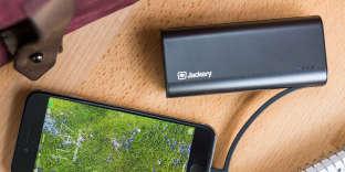 La Bolt est un peu plus petite et un peu plus épaisse que la plupart des smartphones — dans l'ensemble, c'est une bonne taille pour un objet à transporter au quotidien.