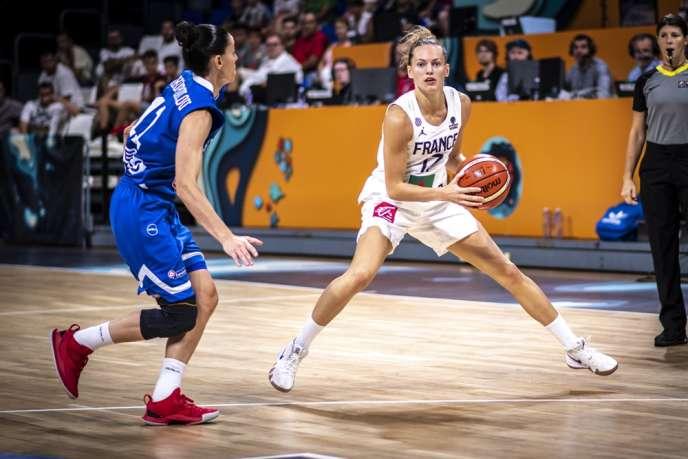 Marine Johannès, ici face à la Grèce, est la« petite Curry du basket français».