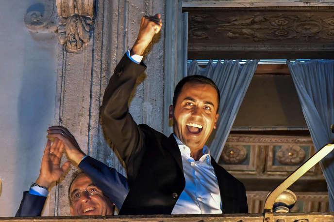 Le vice-premier ministre italien,Luigi di Maio, annonce la programmation budgétaire, au balconde la présidence du conseil, à Rome, le 27 septembre.