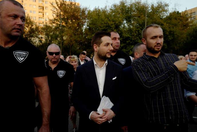 Patryk Jaki (au centre), le candidat du PiS pour la mairie de Varsovie lors des prochaines élections munucipales, dont le premier tour aura lieu dimanche 21 octobre en Pologne. A Varsovie, le 19 septembre.