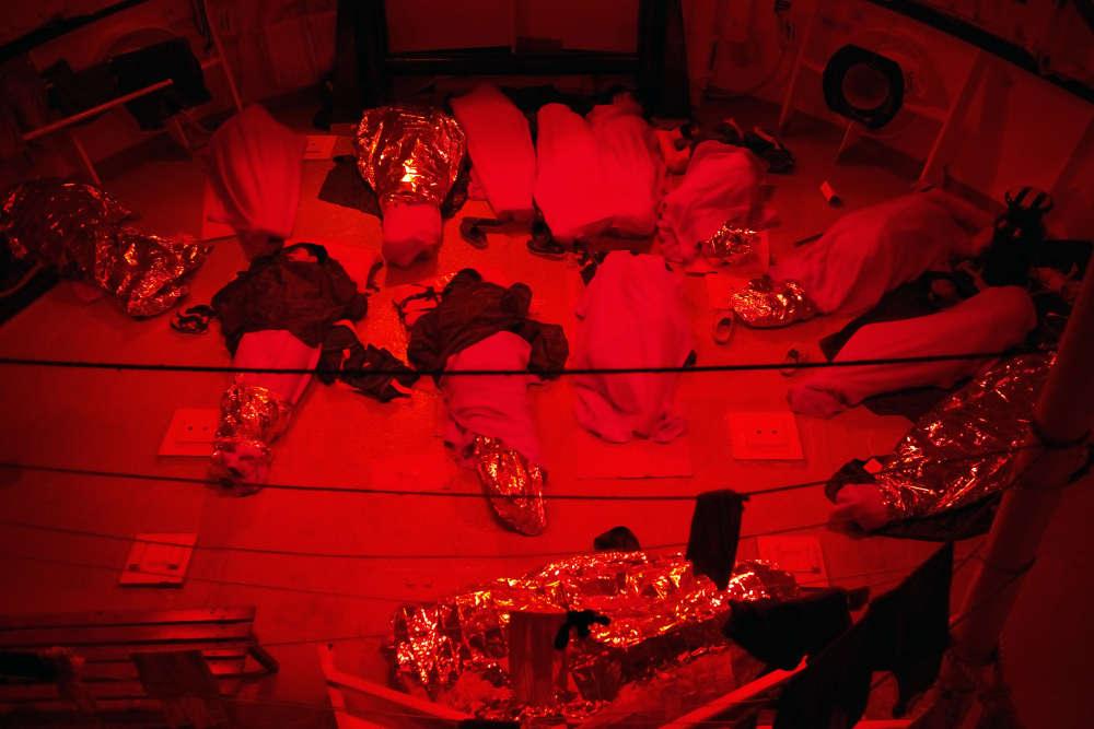 Il fait nuit et la pluie est tombée sur l'«Aquarius». Les hommes tentent de trouver le sommeil dans l'humidité, le froid et le roulis des eaux internationales, au large de l'île de Malte.