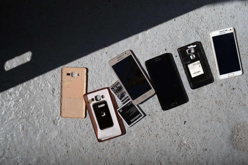 Les téléphones portables des rescapés sèchent sur le pont principal, le 21 septembre.