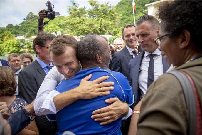 Emmanuel Macron rencontre les habitants de Saint-Pierre, en Martinique durant son voyage aux Antilles françaises, le 27 septembre.