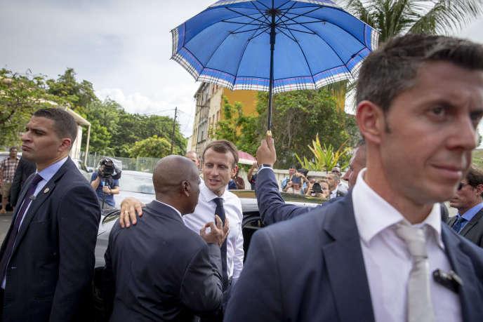 Le président de la République rencontre des habitants de Saint-Pierre en Martinique durant son voyage officiel dans les Antilles, le 27 septembre.