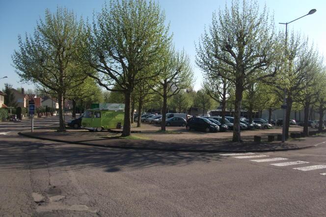 La place Jacques-Brel, à Vesoul (Haute-Saône), et le camion pizza de Christophe.