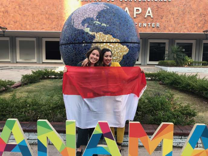 Ines Ameur, à droite, a porté les couleurs de Science Po Lille en mars, au Harvard World MUN, à Panama, auprès de plus de 2 000 étudiants internationaux.
