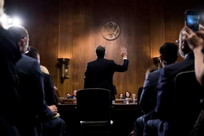 Le juge Brett Kavanaugh prête serment avant de témoigner, le 27 septembre à Washington.