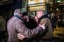 A l'issue d'une dédicace dans une librairie à Paris, Eric Zemmour est escorté vers une voiture, le 26 septembre.