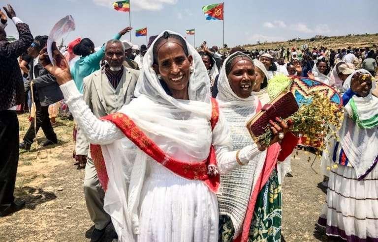 Deux femmes venues d'Erythrée célèbrent la réouverture de la frontière avec l'Ethiopie, le 11septembre 2018.