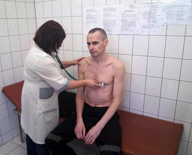 Le cinéaste Oleg Sentsov, en grève de la faim depuis 139 jours, à l'hôpital de Labytnangui, en Iamalie (Russie), le 28 septembre.