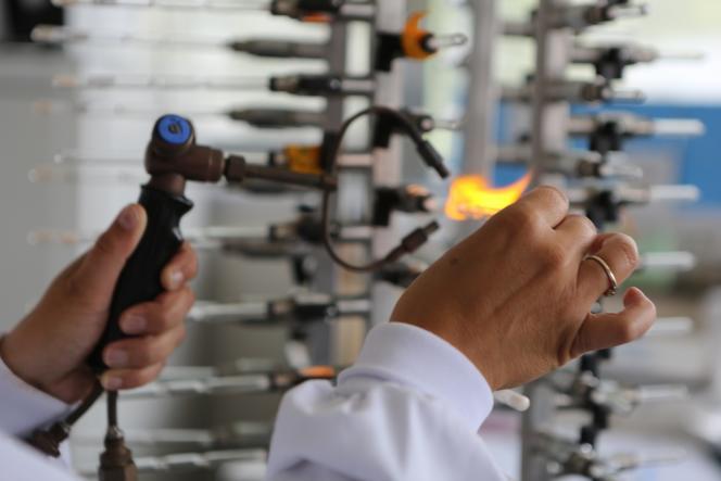 Chaque échantillon prélevé pour la collection est scellé par la flamme au sein même du laboratoire rennais.