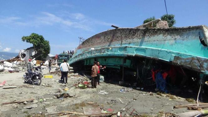 Bateau renversé dans la ville de Palu (Indonésie), frappée par un séisme et tsunami, vendredi 28septembre.