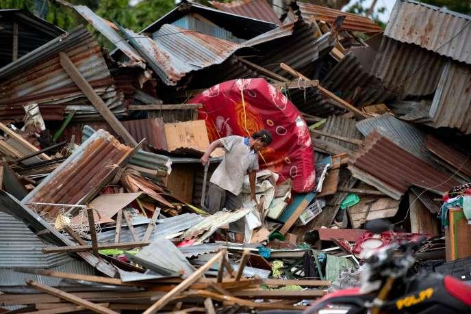 Un habitant dans les décombres de la ville de Palu après le tsunami qui a ravagél'île deSulawesi, le 29septembre.