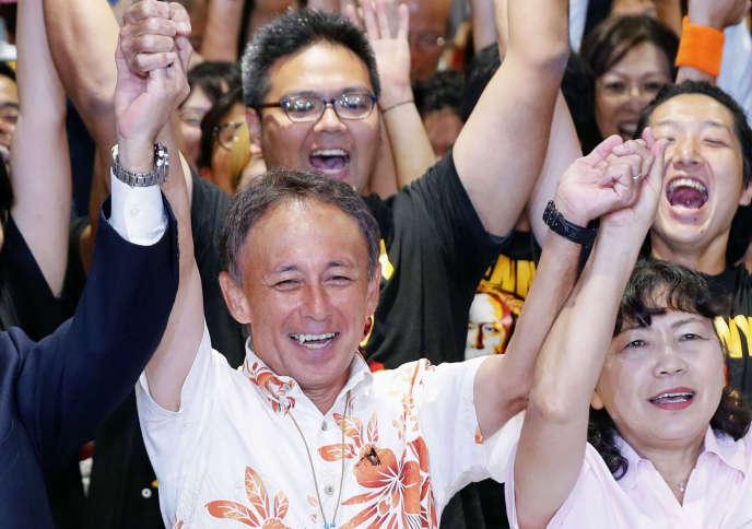 Le nouveau gouverneur d'Okinawa, Denny Tamaki, après l'annonce de sa victoire, à Naha, la capitale, dimanche 30 septembre.