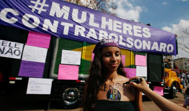 Une participante avec le hashtag «#NotHim»(PasLui) lors du rassemblement à Sao Paulo contre Jair Bolsonaro, le 29 septembre.