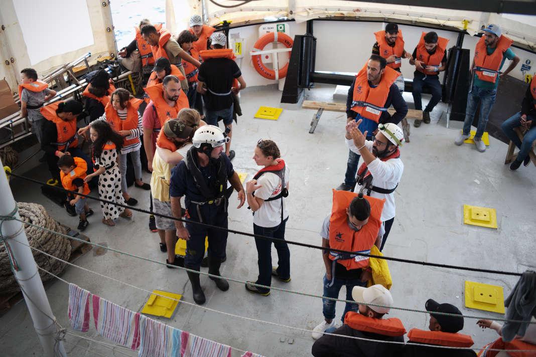 A bord de l'« Aquarius », les 58 rescapés se préparent à être transférés vers Malte, le 30 septembre. SAMUEL GRATACAP POUR LE MONDE