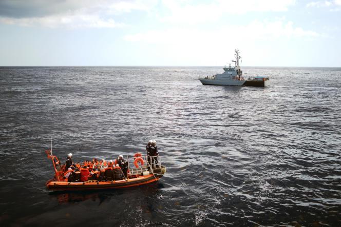 Les 58 rescapés de l'« Aquarius» sont transférés vers Malte depuis les eaux internationales par les autorités maltaises, le 30 septembre.