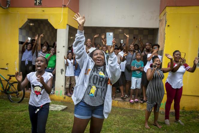 Malgré la pluie, les villageois se sont pressés pour saluer le président.