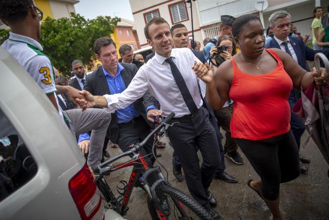 Pris par la main par des habitants, Emmanuel Macron est resté près de quatre heures à Quartier-Orléans sur l'île de Saint-Martin, le 29 septembre.