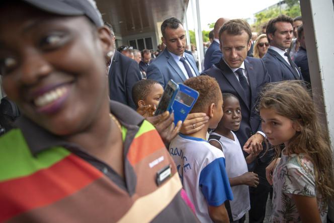 Emmanuel Macron rencontre des habitants des Abymes, en Guadeloupe, le 28 septembre.