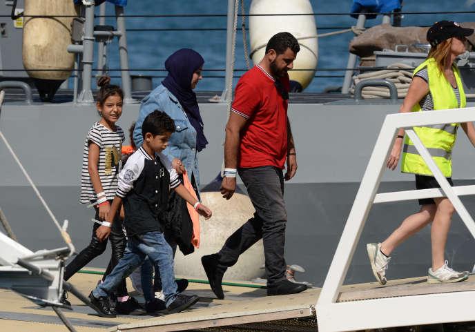 Les 58 migrants débarquent de l'« Aquarius», à Malte, le 30 septembre 2018.