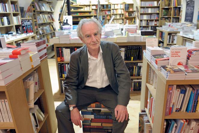 René Pétillon pose dans une librairie à Ajaccio, en 2009.