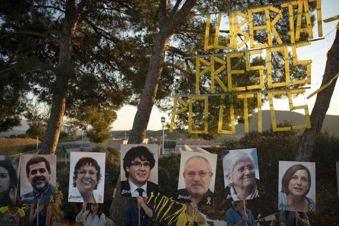 Des manifestants brandissent les portraits des indépendantistes catalans emprisonnés ou en« exil» près de la prison deLledoners (Espagne), le 30 septembre 2018.