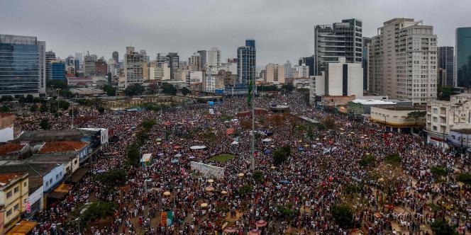 Le rassemblement contre le candidat à la présidentielle, Jair Bolsonarosous, s'est fait sous le hashtag #EleNao (Pas Lui), à Sao Paulo, le 29 septembre.