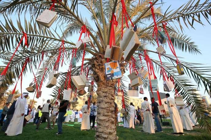 Des livres ont été suspendus à un palmier devant l'Assemblée nationale du Koweït pour protester contre la censure, le 29 septembre à Koweït (ville).