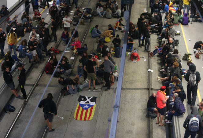 Des militants séparatises catalans bloquent la voie de train à grande vitesse à Gérone, dans le nord de la Catalogne, le 1er octobre 2018.