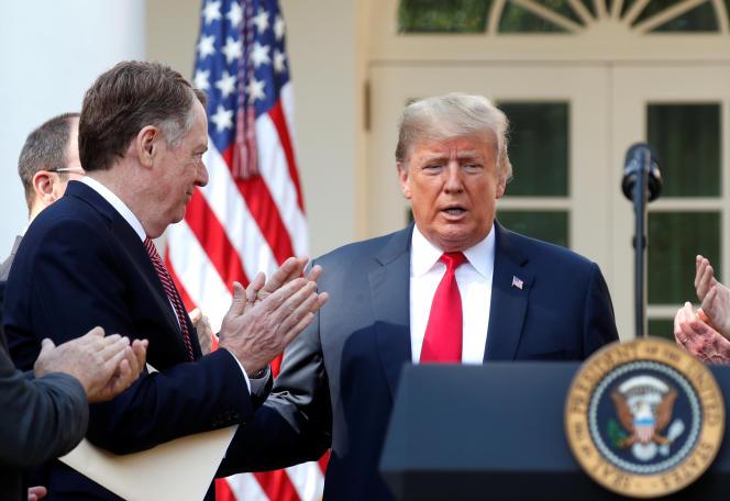 Donald Trump applaudi par son représentant au commerce Robert Lighthizer, lors de l'annonce d'un accord avec le Canada et le Mexique, le 1er octobre à Washington.