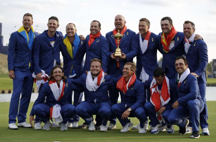L'équipe des Européens emmenée par Thomas Bjorn (qui tient la coupe) célèbre sa victoire, à Saint-Quentin-en-Yvelines, le 30 septembre.