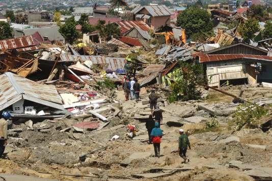 Des habitants de Palu en Indonésie retournent dans leurs maisons détruites par le séisme et le tsunami qui ont frappé la zone le 28 septembre 2018.