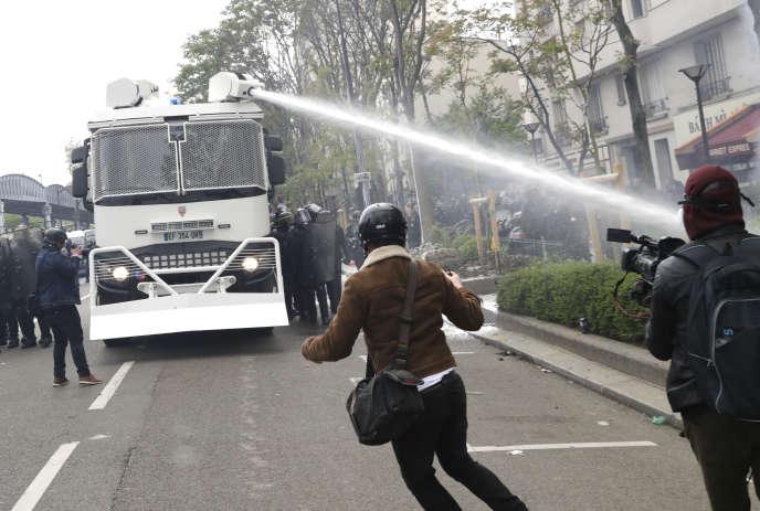 Un canon à eau en action à Paris, le 1er mai 2018.