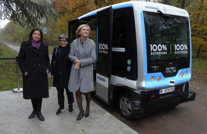 Anne Hidalgo,la maire de Paris,Catherine Guillouard, la PDG du groupe RATP, et Valérie Pécresse, présidente (LR)de la région Ile-de-France, lors de la présentation d'une navette autonome, à Vincennes (Val-de-Marne), le 17 novmebre 2017.