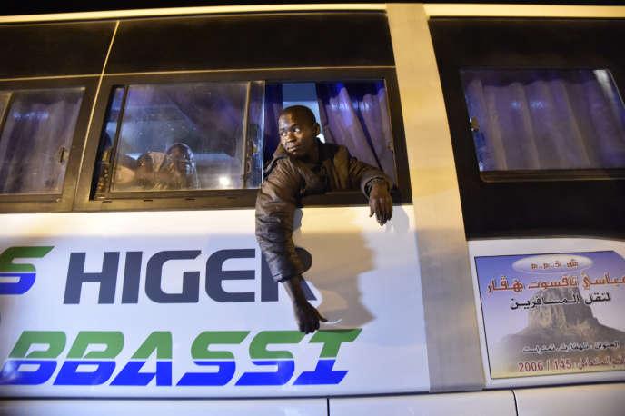 A Tamanrasset, dans le sud de l'Algérie, des migrants en provenance du Niger sont reconduits à la frontière de leur pays dans des cars, en juillet 2018.