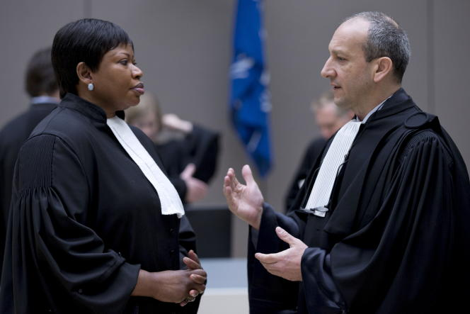 La procureure de la Cour pénale internationale,Fatou Bensouda, en conversation avec Emmanuel Altit, l'un des avocats de Laurent Gbagbo, à La Haye, en janvier 2016.