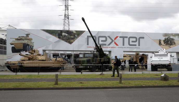 Un char Leclerc et un canon Caesar au salon de la défense Eurosatory à Villepinte, en juin 2016.