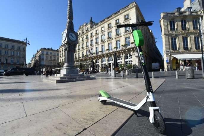 Une trottinette de l'opérateur Lime Electric à Bordeaux.