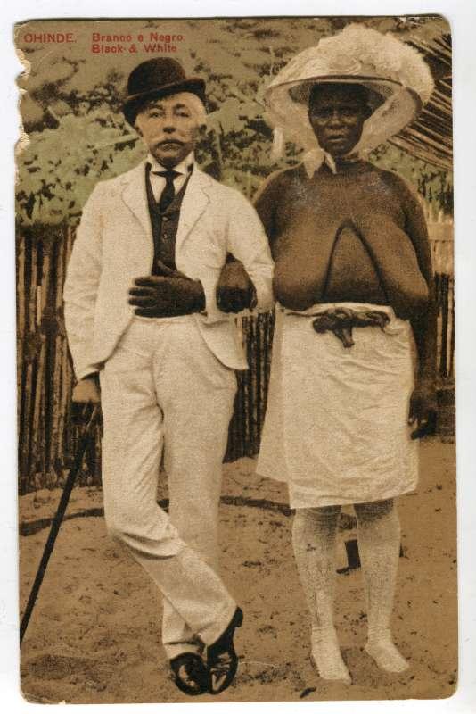 Extrait de «Sexe, race & colonies» : « Chinde. Branco & Negro. Black & White », carte postale, Mozambique, 1907.
