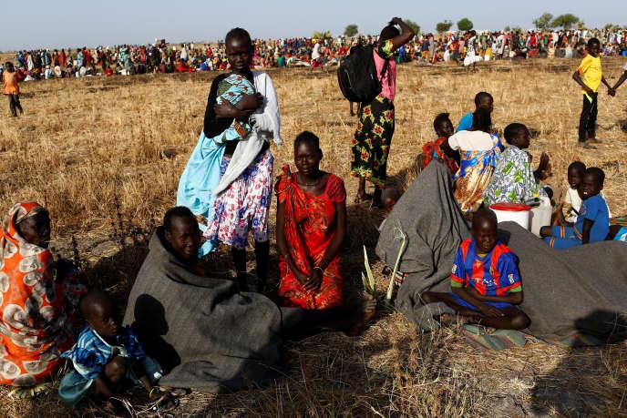 Des femmes et des enfants attendent d'être enregistrés par le Programme alimentaire mondial des Nations Unies (PAM) à Thonyor, au Soudan du Sud, en février 2017.