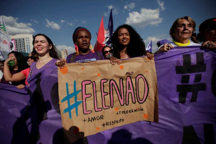 Manifestation de femmes contre le candidat d'extrême droite, Jair Bolsonaro, le 29 septembre, à Brasilia.