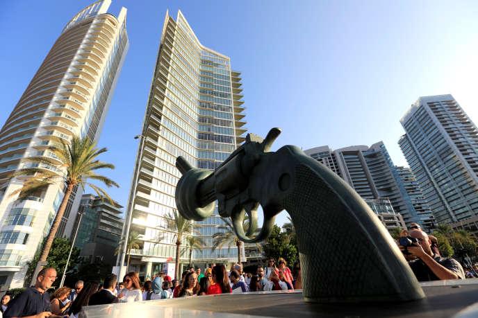 «Non-Violence», sculpture de Carl Fredrik Reutersward, dont une copie a été inaugurée le 2 octobre dans le quartier de Zaitunay Bay, à Beyrouth.